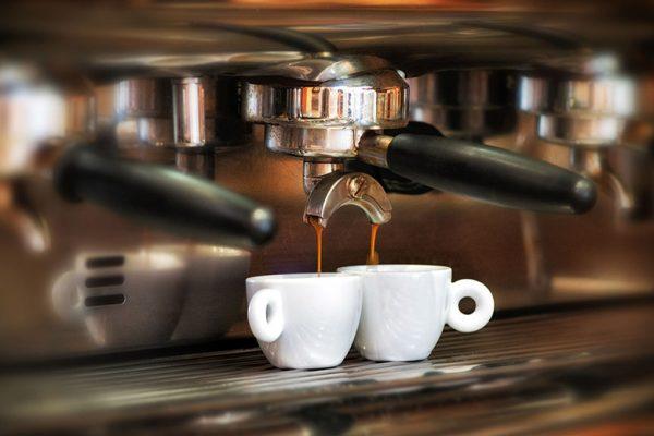 Prezzo del caffè al bar: lo IEI difende i baristi